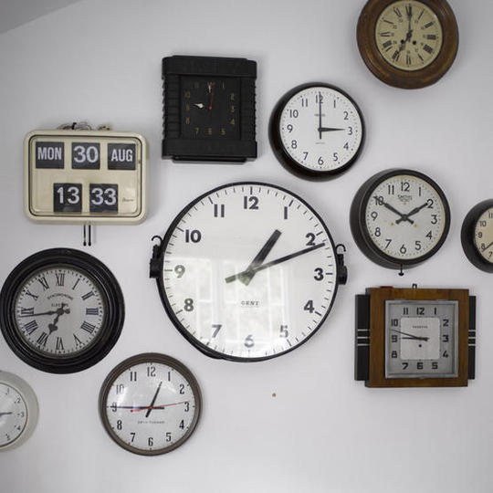 Assorted vintage wall clocks  real home L etc 06/2007 pub orig